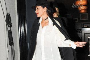В платье-рубашке и на лубутенах: вечерний образ Николь Шерзингер