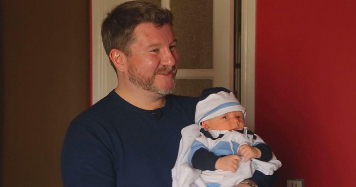 """Експерт """"На ножах-2"""" Борисов із крихітним сином на руках показав свій розкішний маєток"""
