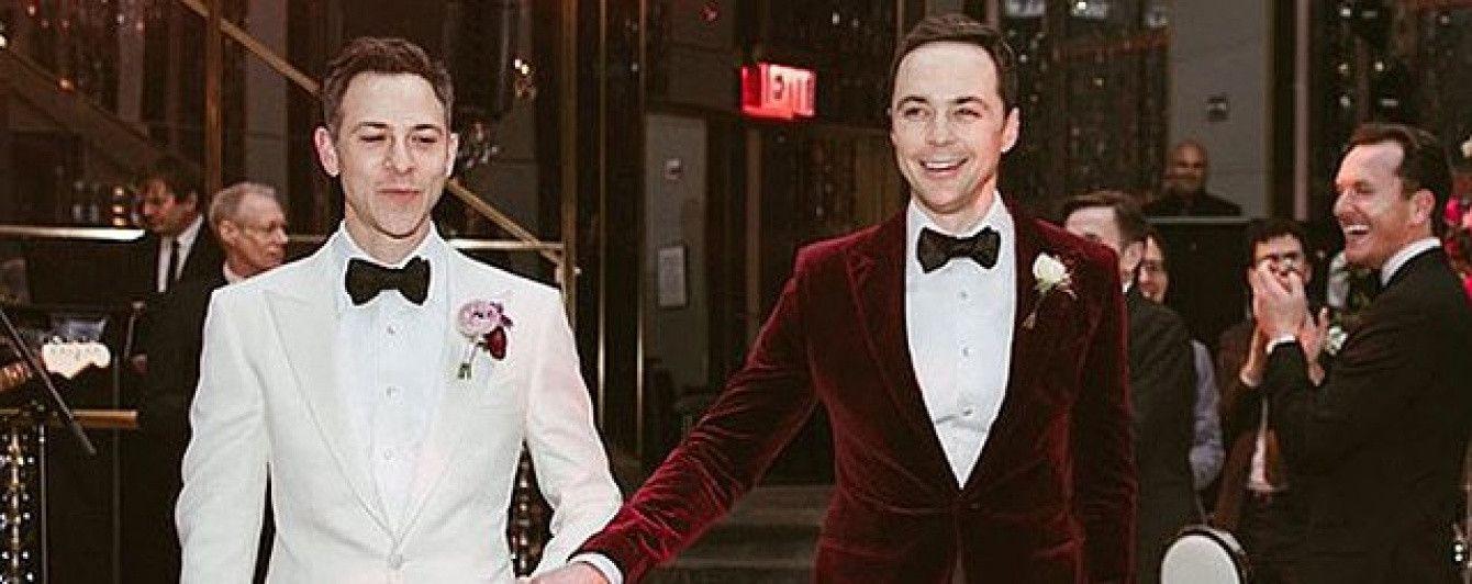 """Шелдон из """"Теории большого взрыва"""" и его муж поделились романтичными фото со свадьбы"""