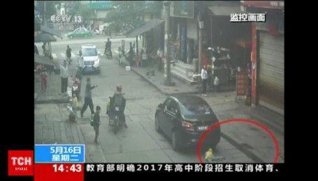 В Китае девочка выжила после наезда автомобиля