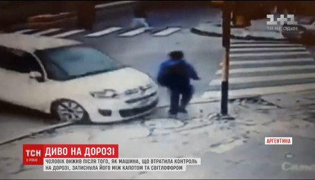 Мужчина выжил после того, как машина на скорости зажала его между капотом и светофором
