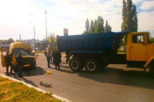 У Новомосковську маршрутка з пасажирами влетіла у вантажівку, постраждали 18 осіб