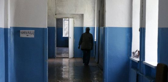 Відбирали пенсії і зачиняли на холоді: у психлікарні на Харківщині знущалися з пацієнтів