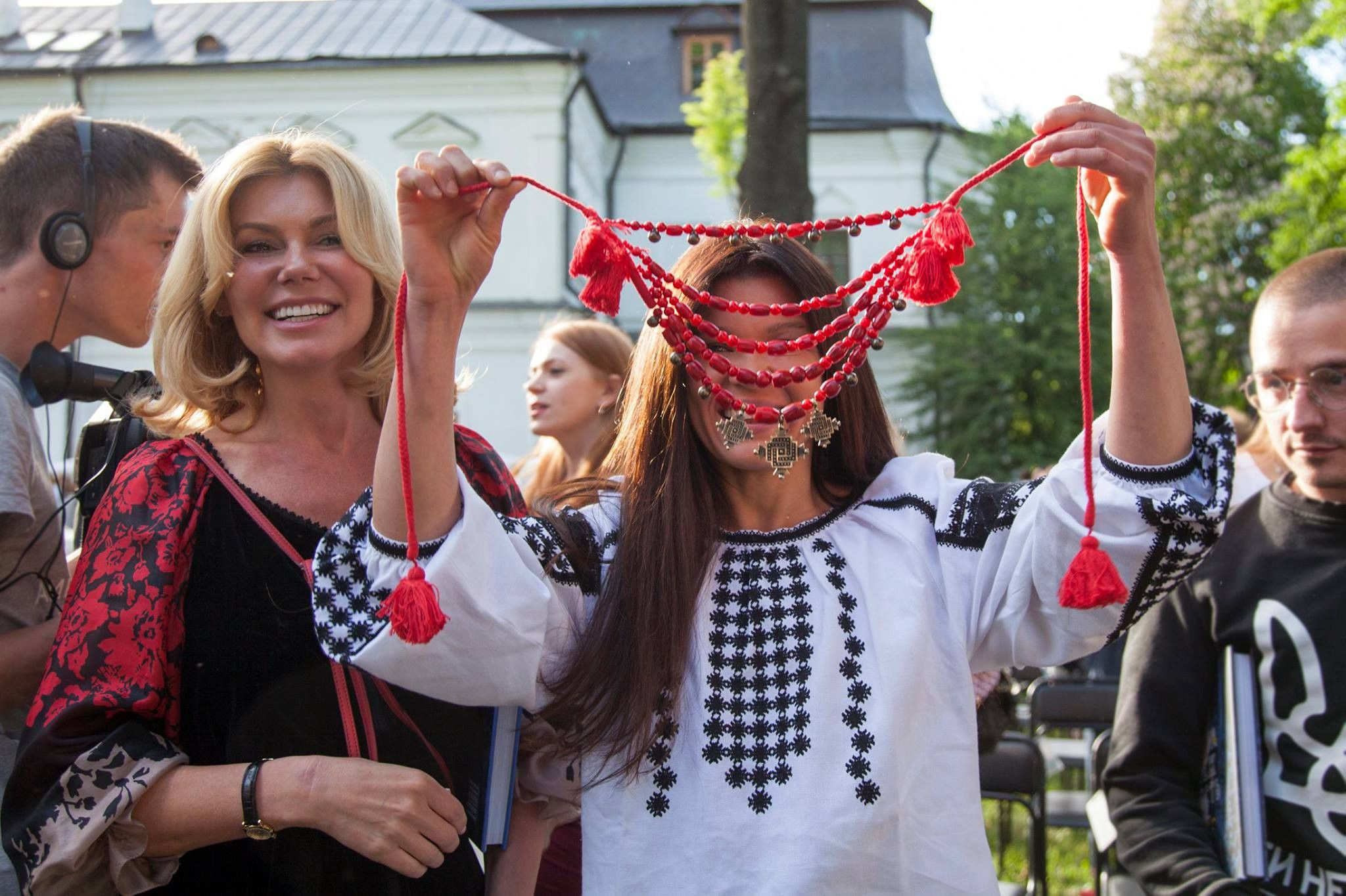 Руслана у вишиванці та намисті_1