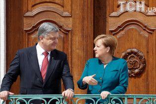 Порошенко поговорил с Меркель по телефону об освобождении заложников и введении миротворцев на Донбасс