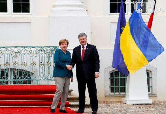 Німеччина робитиме все для деескалації агресії РФ. Порошенко обговорив із Меркель напад на кораблі України