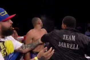 Родственник боксера избил соперника в ринге после поражения