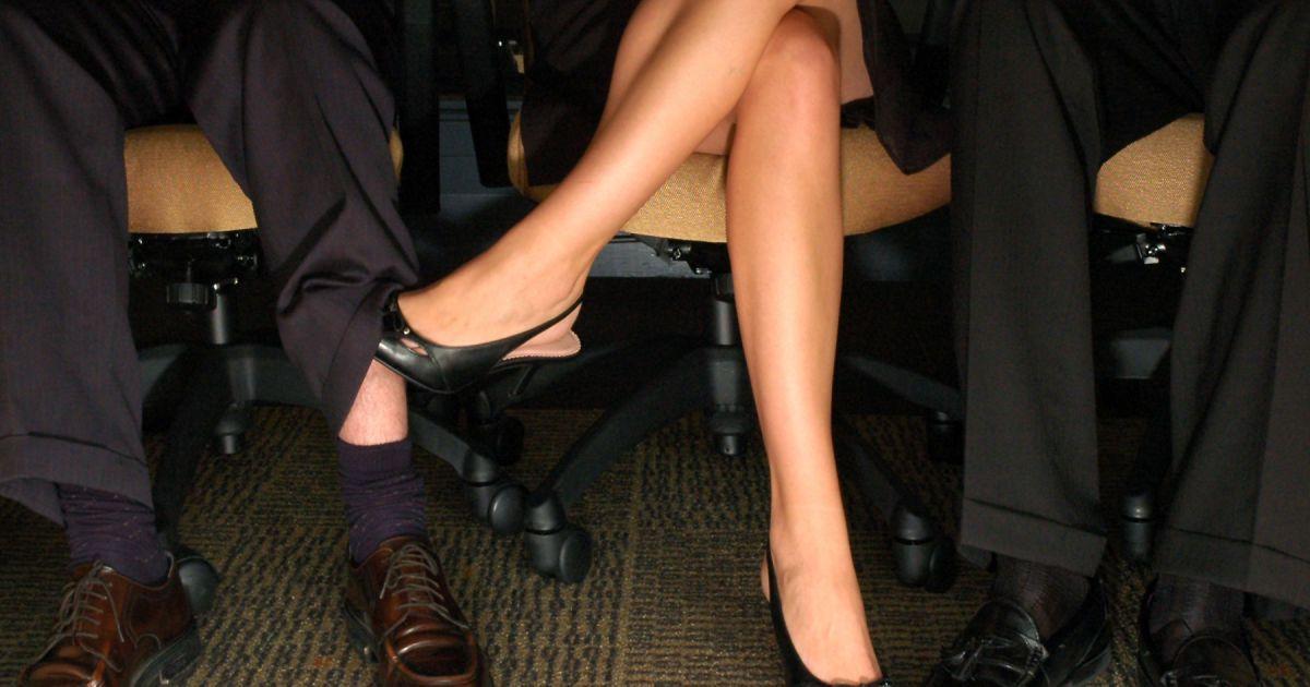 Поглаживание парней под столом случайное фото, голые деревенская девка