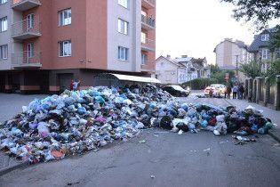 Во Львове жители перекрыли улицу с помощью баррикады из мусора