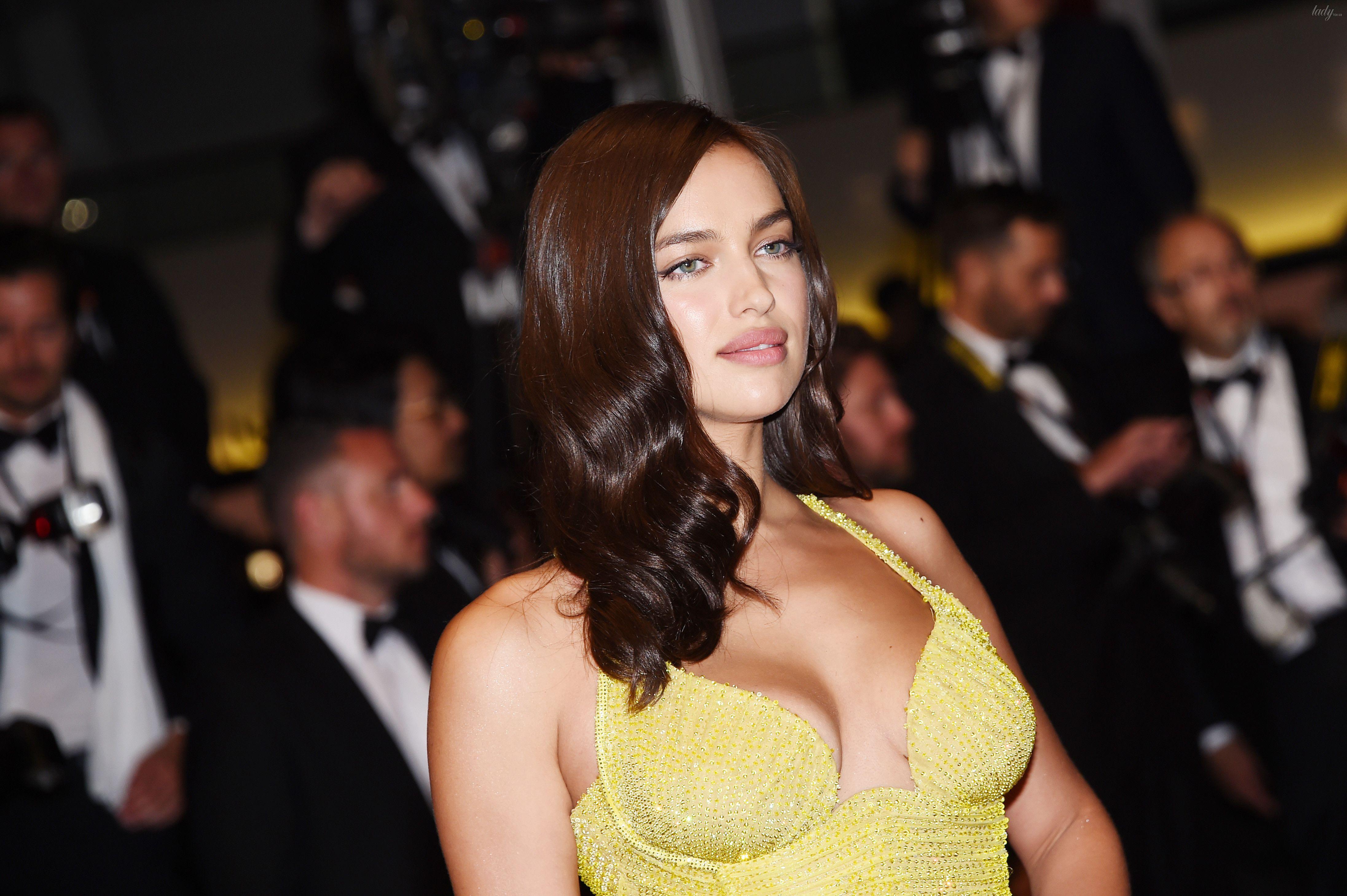 cc1b144f35619e5 Первый выход после родов: Ирина Шейк в откровенном платье Versace ...