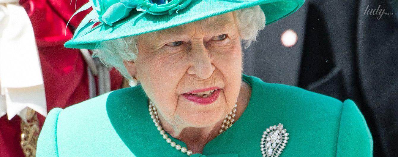 Еще один эффектный образ: королева Елизавета II сходила на службу
