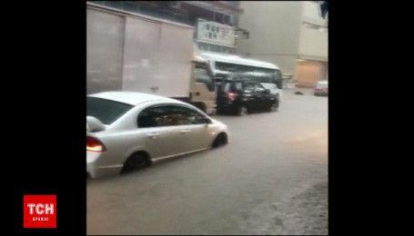 Внезапный дождь затопил улицы Гонконга
