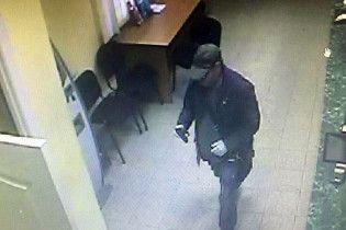 У Києві чоловік зі стріляниною пограбував банк на 285 гривень