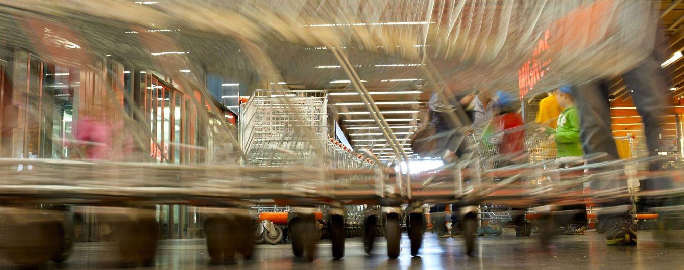 Росіянка на очах у сина з криками потрощила продукти у магазині