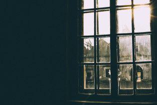 В Одесі студентка вистрибнула з вікна багатоповерхівки через сесію
