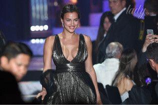 Спустя два месяца после родов: Ирина Шейк в платье со смелым декольте вышла на подиум