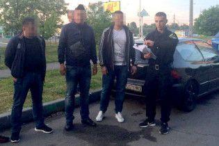 У Києві затримали розбійників, які зухвало пограбували ювелірку на Оболоні