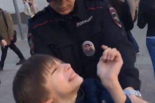 Тащили за шиворот и толкались. В Сети опубликовали полное видео задержания мальчика в Москве