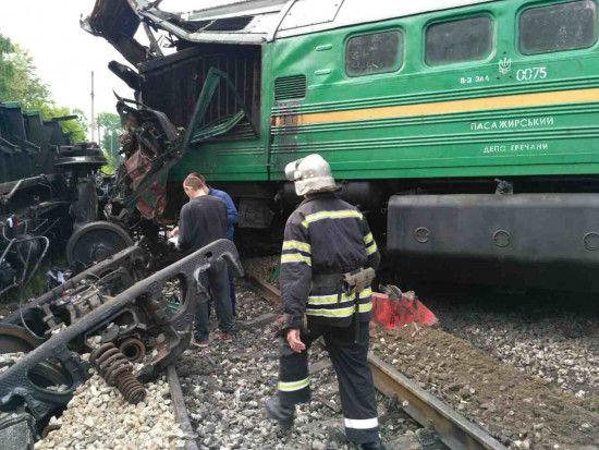 Моторошна ДТП на Харківщині: потяг на швидкості зніс фуру, яка застрягла на залізничному переїзді