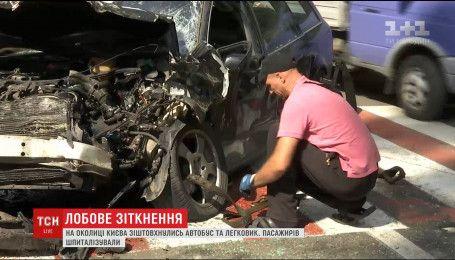 Більше десятка пасажирів шпиталізували внаслідок ДТП на околиці Києва