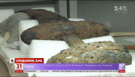 Министр культуры Евгений Нищук взялся за реставрацію меча времён Владимира
