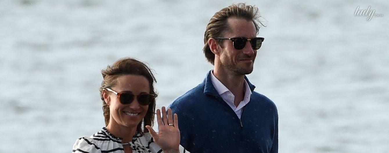 В полосатом платье и с улыбкой: Пиппу Миддлтон с мужем Джеймсом Мэттьюзом на отдыхе подловили папарацци