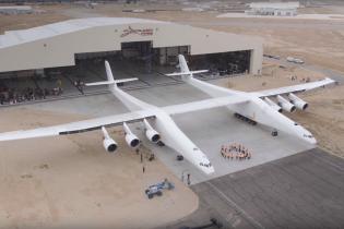 CША показали найбільший у світі літак