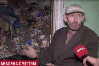 Киевлянин поразил полицию тоннами мусора в квартире и попал в психбольницу