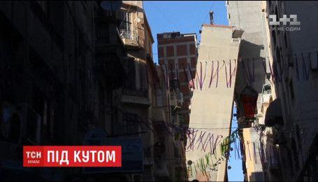 У Єгипті житловий будинок небезпечно нахилився і сперся на сусідній