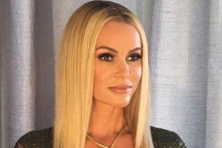 Выглядит великолепно: 46-летняя телеведущая пришла на шоу в откровенном платье с экстремальным декольте