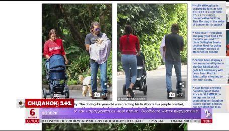 Папарацци сфотографировали Брэдли Купера и Ирину Шейк во время прогулки с ребенком