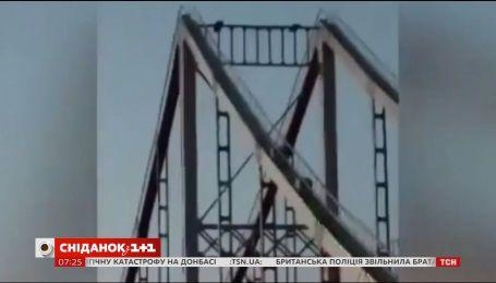 В Киеве 16-летний подросток сорвался с опоры пешеходного моста