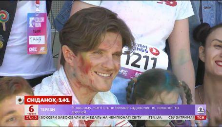 Кольорові, радісні, небайдужі: у Києві відбувся благодійний забіг Color Run