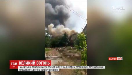 Рятувальники четверту годину приборкують пожежу на СТО у Києві