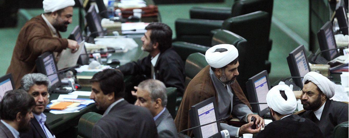 Неизвестные открыли огонь в парламенте Ирана и мавзолее Хомейни