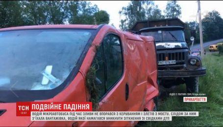 На Прикарпатті два автомобілі по черзі злетіли в один кювет