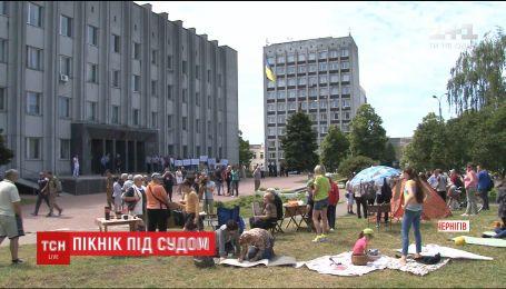 В Чернигове активисты устроили пикник под судом в знак протеста против застройки парка