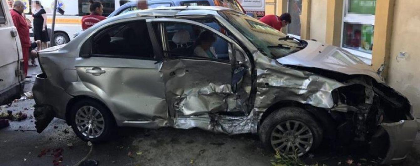 В центре Одессы Chevrolet после столкновения с Honda вылетел с дороги и сбил пешехода