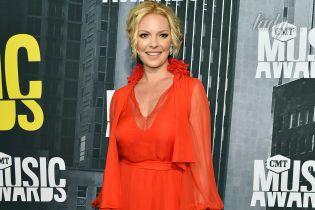 Кэтрин Хейгл показала пышное декольте в ярко-красном платье