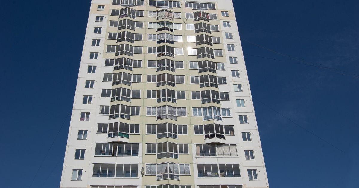 На Киевщине шестилетняя девочка с собакой выпала из окна 18 этажа