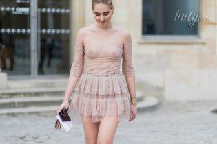 Женщины в платьях стоят раком — photo 7