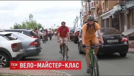 В столице волонтеры учат, как велосипедистам следует вести себя на дороге