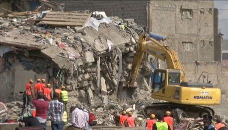 Близько 15 людей зникли під завалами семиповерхівки у столиці Кенії