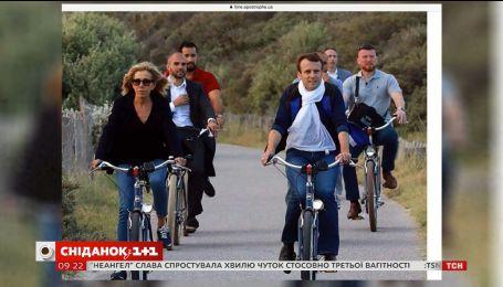 Президент Франції на велопрогулянці роздавав автографи