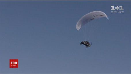 Француз сконструировал машину, которая может летать с парашютом