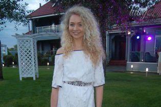 Звездные гости эко-вечеринки на берегу Днепра: Анастасия Иванова в белом платье, Маша Собко - в зеленом