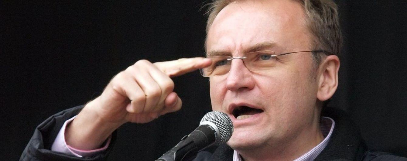 Приемную мэра Львова заблокировали десятки людей и требовали его отставки