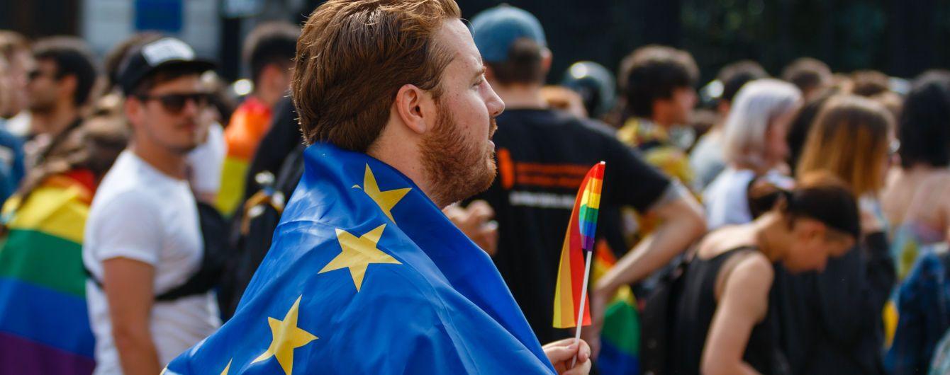 В Европарламенте раздали участникам ЧМ в России разноцветные шнурки в поддержку ЛГБТ