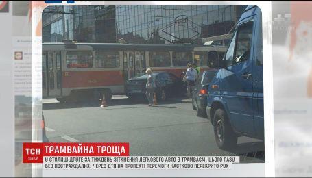Жінка на легковику протаранила трамвай на столичному проспекті Перемоги