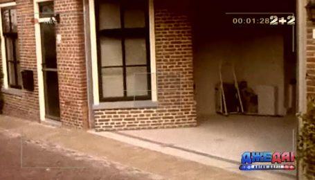 Дедушка из Нидерландов превратил гостиную на гараж